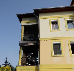 Tűzoltó olt az erkélyen