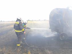 Bálázót oltanak a tűzoltók