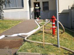 Tűzoltó behatol az épületbe
