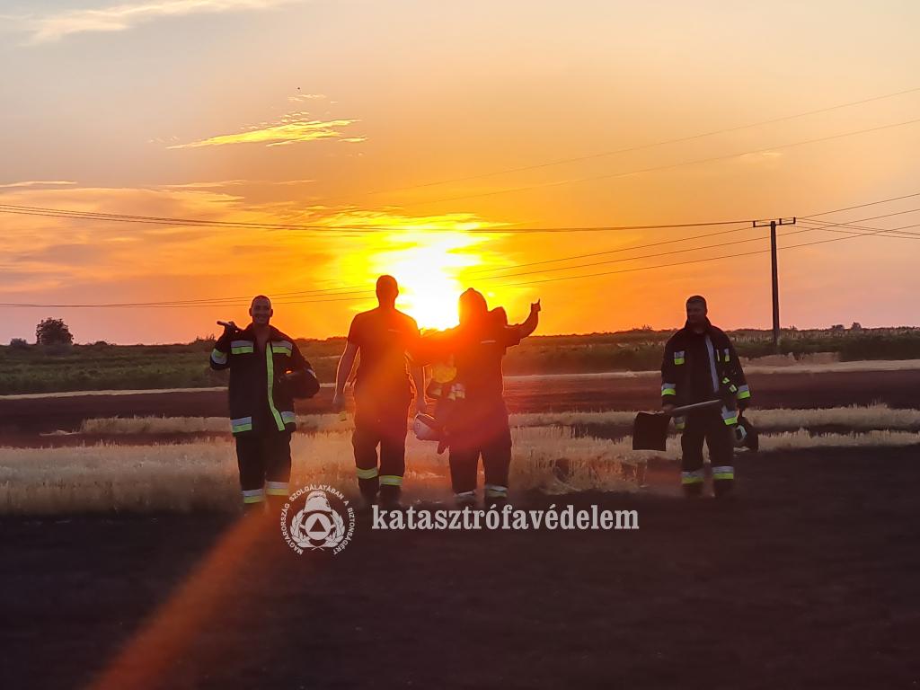 Naplementében a tűzoltók