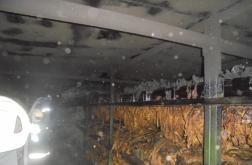Dohányszárítóban oltanak a tűzoltók