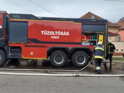 gépjárművet tűzcsapról vízzel feltültötték a tűzoltók