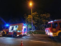 Tűzoltó gépjárművek az ingatlan előtt