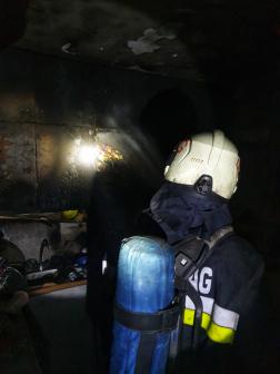 Tűzoltó átvizsgálja az épületet